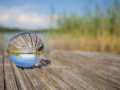 Glaskugel mit Reflektionen